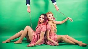 假日和玩偶 优势和依赖性 减速火箭的女孩和大师在党气球 葡萄酒时尚妇女木偶和 库存图片