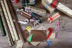 假日圣诞节的礼品包装材料纸 库存照片