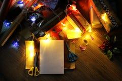 假日圣诞节的礼品包装材料纸 图库摄影