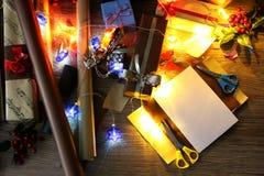 假日圣诞节的礼品包装材料纸 免版税库存照片
