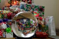假日圣诞节礼物水晶球地球1 库存照片