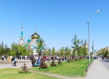 假日在城市,在街道,胜利天,鄂木斯克,俄罗斯上的许多人民 09 05 2010年 库存图片