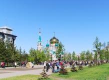 假日在城市,户外许多人民,胜利天,鄂木斯克,俄罗斯 09 05 2010年 库存图片