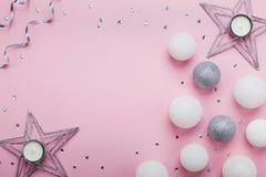 假日在时尚桃红色台式视图的圣诞节装饰 平的位置样式 看板卡复制问候空间 库存照片