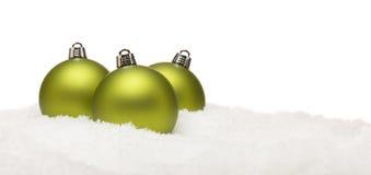 假日在白色隔绝的雪剥落的圣诞节装饰品 免版税库存照片