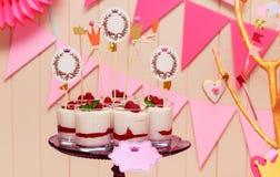 假日在玻璃的自助餐蛋白牛奶酥用莓果 库存照片