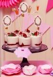 假日在玻璃的自助餐蛋白牛奶酥用莓果 免版税库存图片