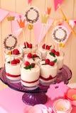 假日在玻璃的自助餐蛋白牛奶酥用莓果 免版税图库摄影