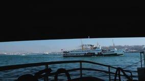 假日小船航行在桥梁,游人土耳其,海下远航,美妙的旅行 股票录像