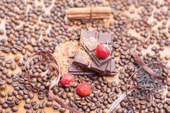 假日巧克力天-咖啡木桌背景  免版税库存图片