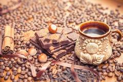 假日巧克力天-咖啡木桌背景  免版税库存照片