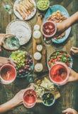 假日庆祝桌设置用开胃菜,顶视图 库存图片