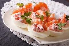 假日开胃菜:鸡蛋充塞用大虾和乳脂干酪 免版税图库摄影