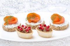 假日开胃菜-与三文鱼,果子馅饼的点心用肝脏头脑 免版税库存照片