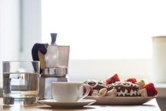 假日早餐在家庭厨房里 免版税库存照片