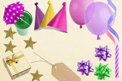 假日框架或背景与五颜六色的气球,礼物 平的位置样式 看板卡复制问候空间 库存图片