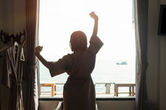 假日概念妇女投稿剪影照片放松行动n 库存照片