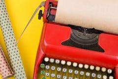 假日概念-有空白的工艺纸和包装纸的打字机在黄色背景 免版税图库摄影