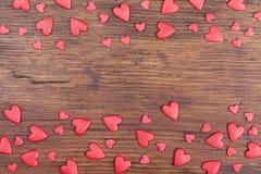 假日横幅或框架的情人节 在葡萄酒木背景顶视图的红色心脏 招呼的文本的空间 免版税库存照片