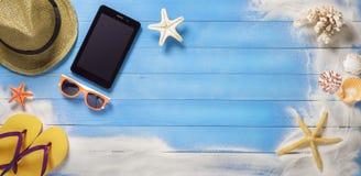 假日横幅,在木板条的片剂 免版税库存照片
