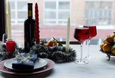 假日欢乐桌布置与在背景的圣诞树 图库摄影