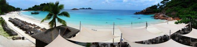 假日海岛海滩全景  免版税库存图片
