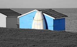 假日海滩小屋和小船 免版税库存照片