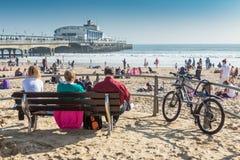 假日游客享受伯恩茅斯码头看法  免版税库存照片
