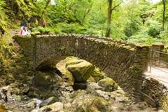 假日游客和游人Aira迫使瀑布阿尔斯沃特湖Valley湖区Cumbria英国英国 库存照片