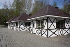 假日游客的三个小白色房子 免版税库存图片