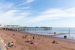 假日游客Teignmouth海滩和码头德文郡英国 免版税库存照片