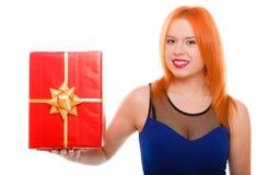 假日爱幸福概念-有礼物盒的女孩 图库摄影