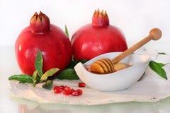 假日的标志犹太新年-蜂蜜和石榴 图库摄影