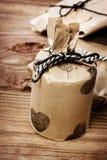 假日礼物在一个土气土质样式wraped 免版税库存照片