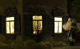 假日窗口和圣诞老人 免版税库存图片