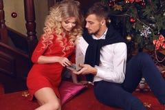 假日美好的嫩夫妇圣诞节照片  免版税库存照片