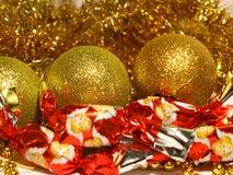 假日背景关闭与金闪亮金属片、球装饰、珠饰细工和圣诞节糖果 免版税图库摄影