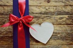 假日蓝色礼物盒和白色心脏 免版税库存照片