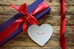 假日蓝色礼物盒和白色心脏 免版税库存图片