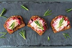 假日薄脆饼干开胃菜用蔓越桔乳酪,上面在板岩 图库摄影