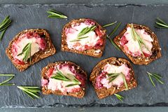 假日薄脆饼干开胃菜用蔓越桔乳酪,上面在板岩 免版税库存图片