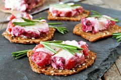 假日薄脆饼干开胃菜用蔓越桔乳酪 免版税库存图片