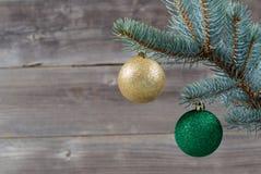 假日装饰垂悬从蓝色云杉的树枝 库存照片