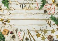 假日装饰玩具,蜡烛,绳索,诗歌选,树枝,毛线衣 库存图片