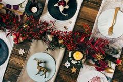 假日金餐位餐具,与装饰品的滑稽的圣诞节桌 免版税库存照片