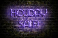 假日销售 在一个老砖墙的背景的霓虹题字 事务 贸易 销售季节性销售 皇族释放例证