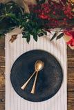 假日餐位餐具,与装饰品的滑稽的圣诞节桌和 库存照片