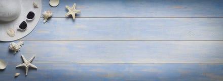 假日,夏天横幅,在老木板条的辅助部件 免版税库存图片