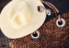假日,职业,旅行,生活方式和放松概念 海滩帽子、Boho袋子和夏天太阳镜 Sunglass辅助部件 免版税库存照片