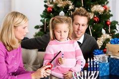 假日:点燃光明节的小女孩蜡烛 免版税图库摄影